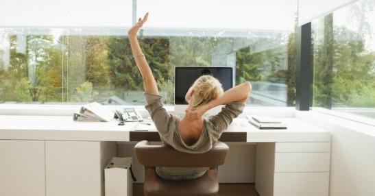 mujer sentada escritorio